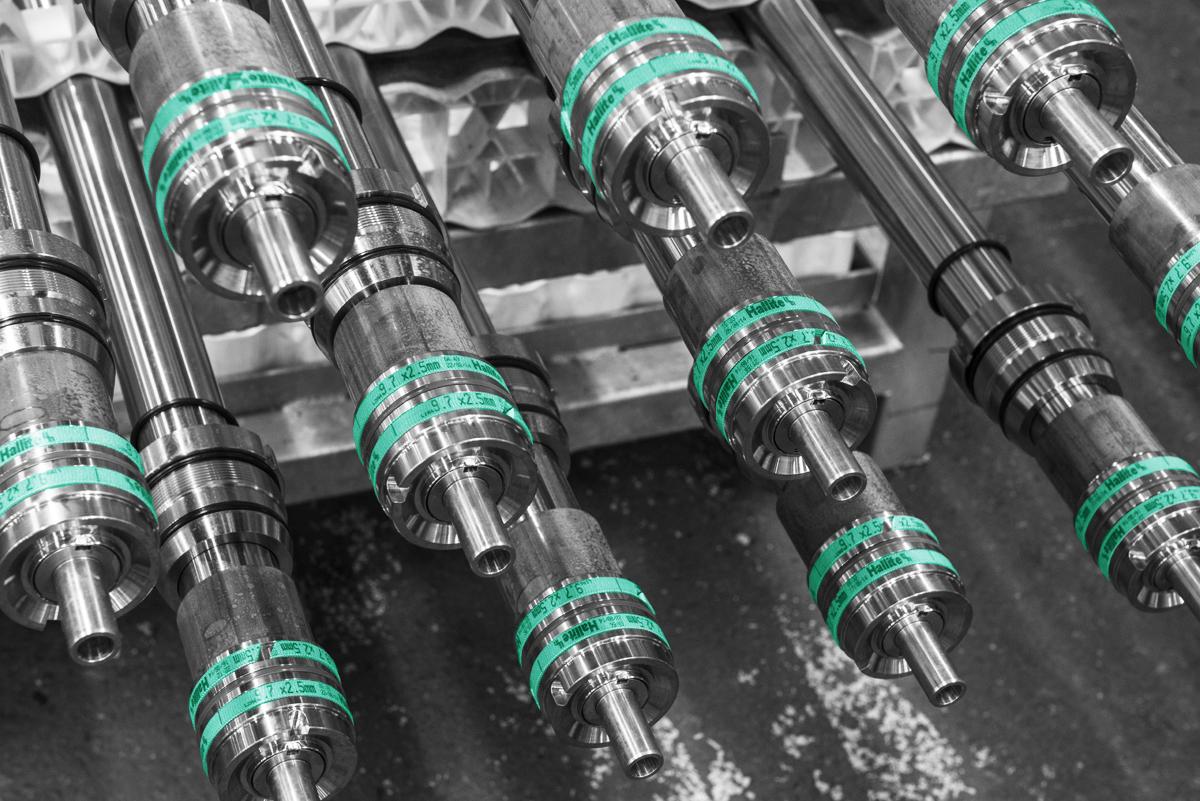 gros plans sur différents vérins hydrauliques sur mesure